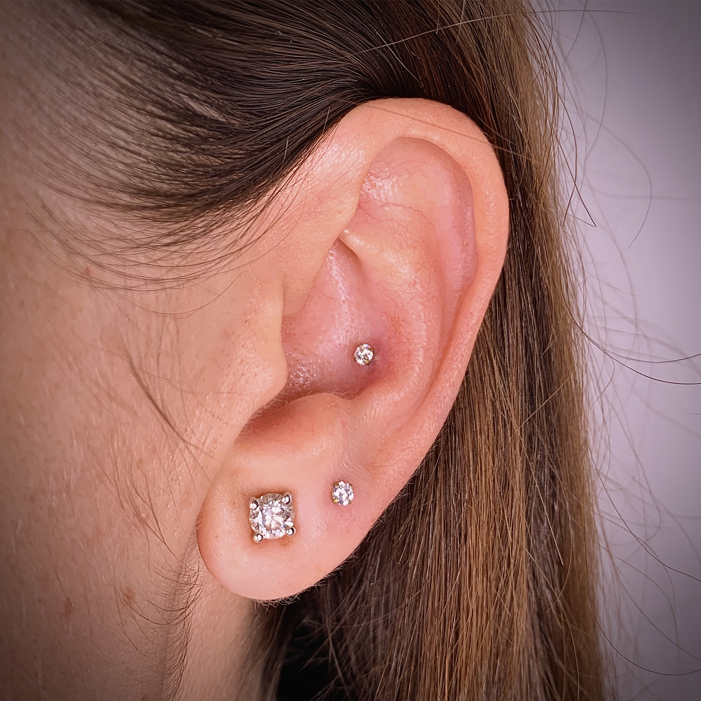 Ear piercing, Conch piercing and second uper lobe jewelry are titanium and Swarovski zirconia. Piercings Barcelona