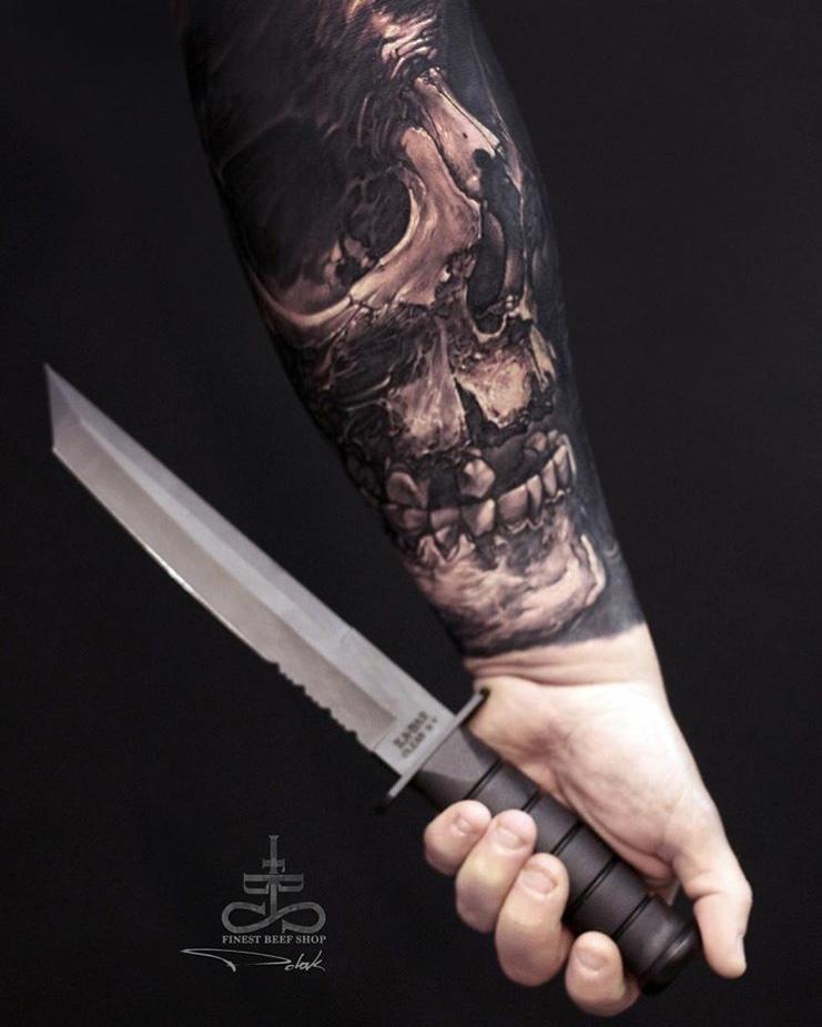 Tatuaje dark calavera Tatuador Piotr Polak